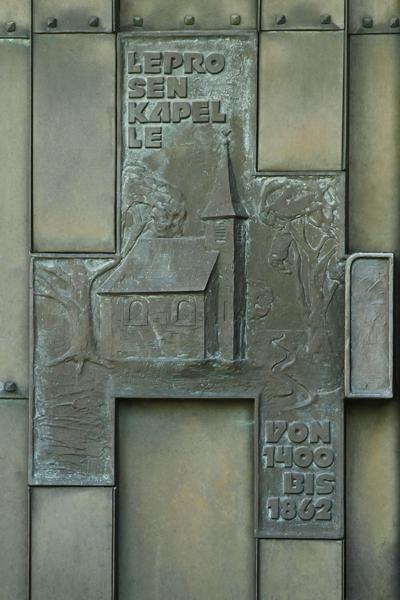 Leprosenkapelle auf der linken Hälfte des linken Portals