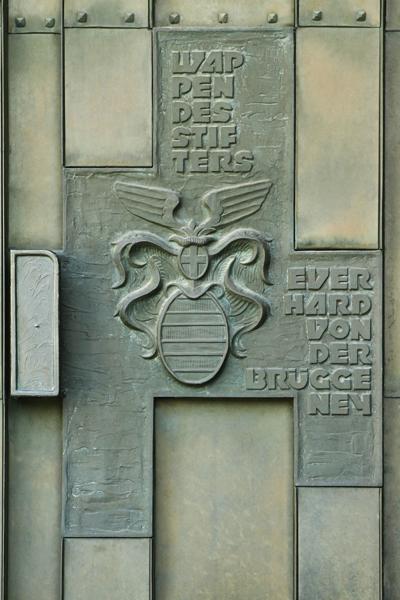 Der Stifter und sein Wappen auf der rechten Hälfte des linken Portals