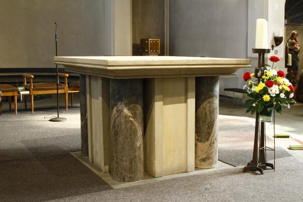 Altar mit Altarleuchten