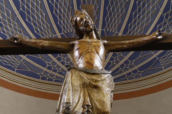 Kruzifix über der Taufstelle