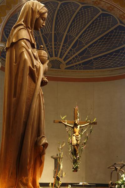 Maria aus Magdala mit Blick auf das Kruzifix