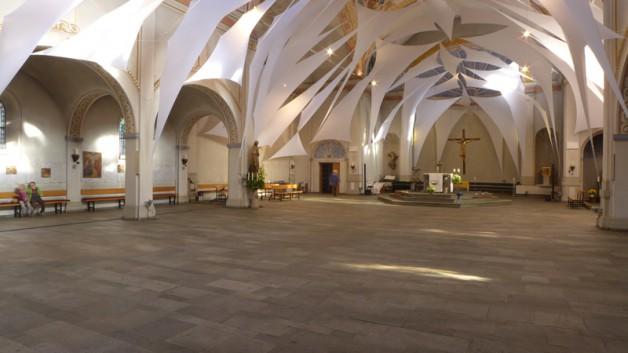 Bildergalerie des (Wieder-) Einräumens der Kirchenbänke